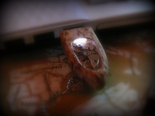 Флешка из карельской березы.