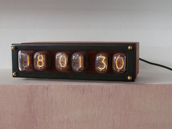 Простенькие часы на лампах.