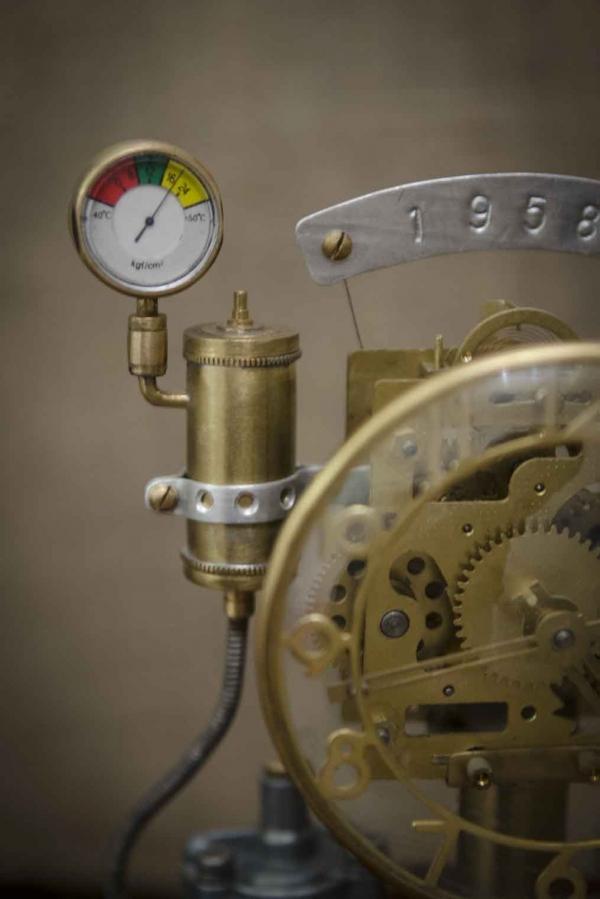 Попытка подружить старый часовой механизм со старым жигулевским карбюратором.
