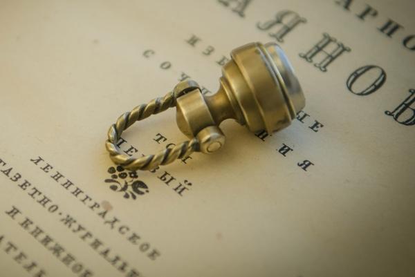 Просто домофонный  ключ. Коих много.