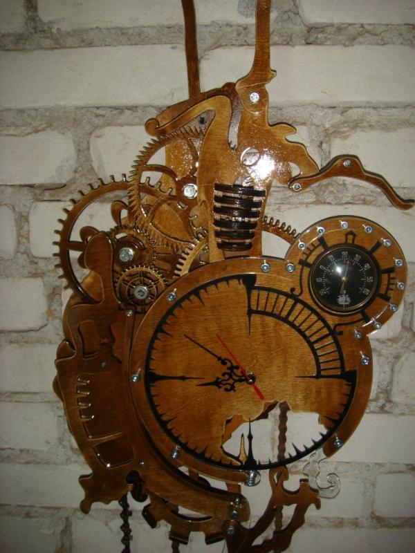 Часы в стиле стимпанк с элементами сюрреализма.