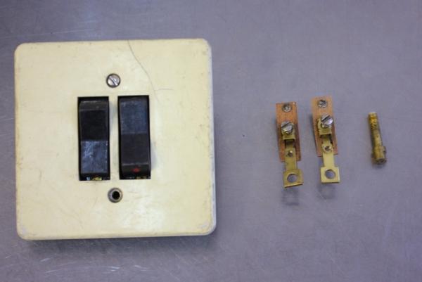 Полезные внутренности, справа болтик не от выключателя