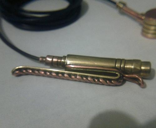Петличный микрофон.