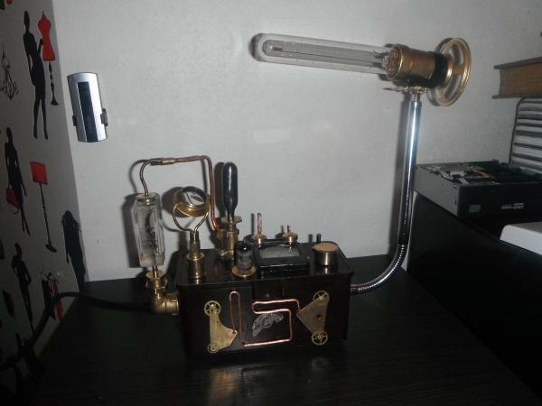 Стимпанк-светильник из старого газоанализатора.