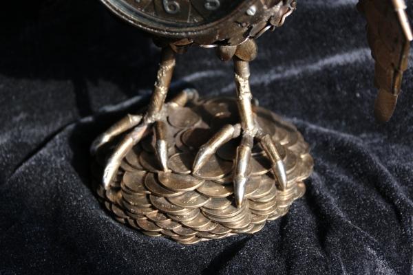 Основание - кучка монет.
