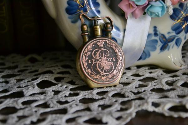 Викторианскаязажигалка с монетами.