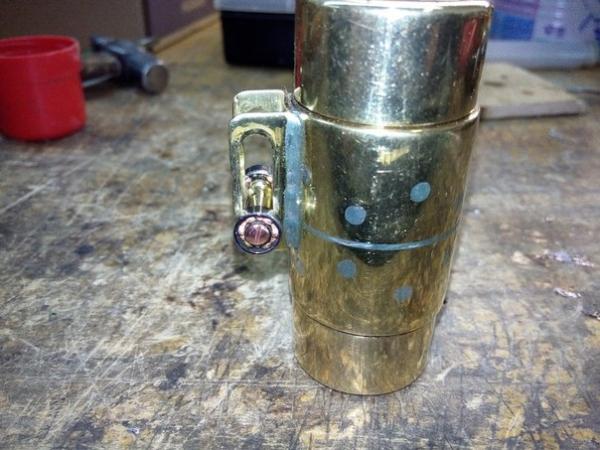 Бензиновая зажигалка с чехлом .