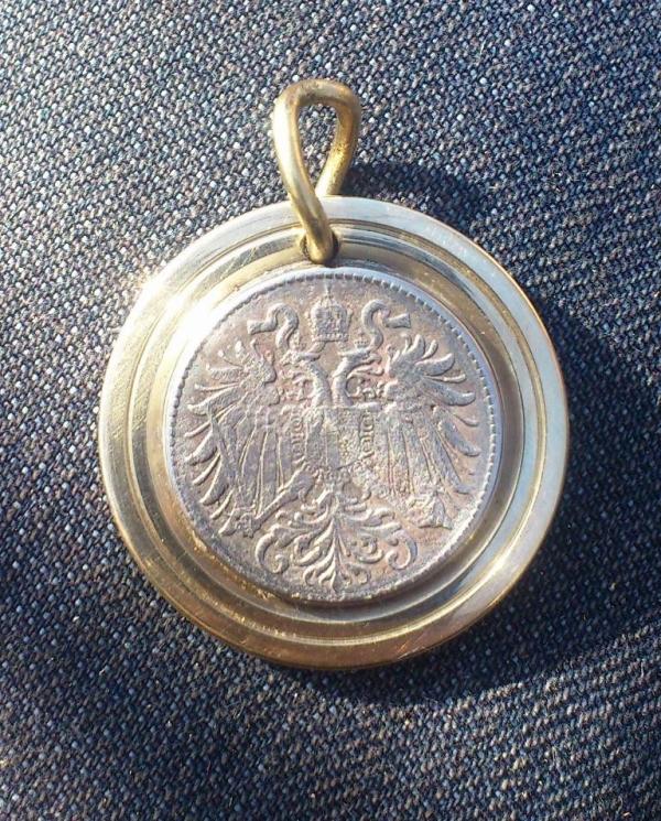 медальон из трех монет