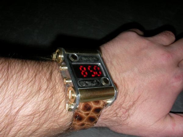 Наручные часы в стиле технического супрематизма