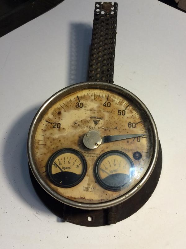 Часы или лампа или...