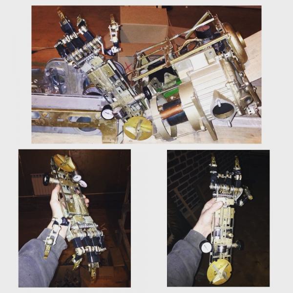 Робот с человеческий рост. Инсталляция.