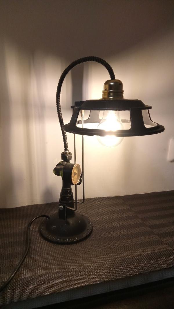Настольный светильник.
