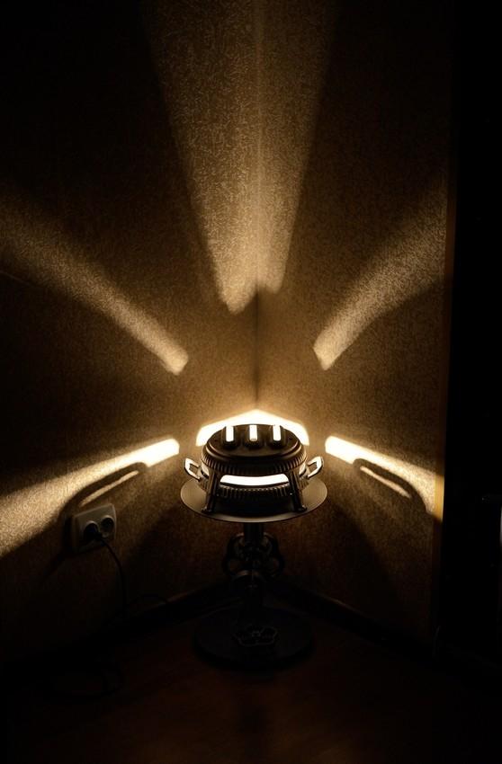 Интерьерный, угловой арт-светильник...