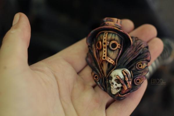 Чумной доктор с черепом в руке. Кулон.