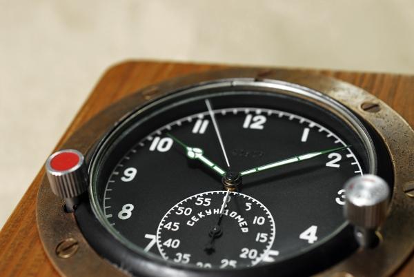 Часы 60 ЧП в деревянном корпусе.