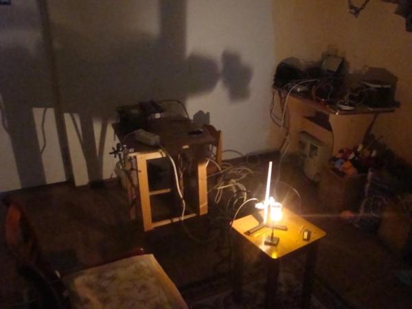 других источников света в комнате нет