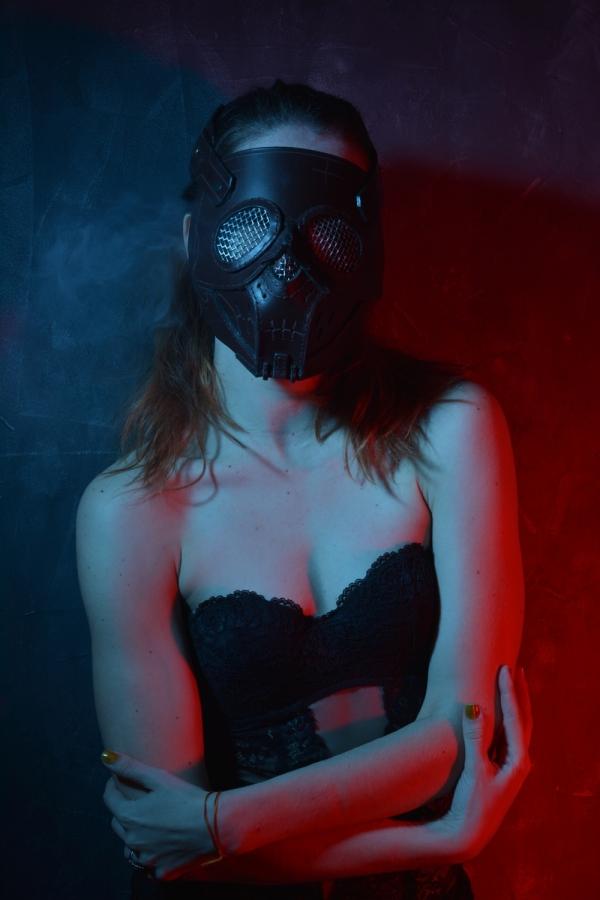 вот девочка в маске крупнее