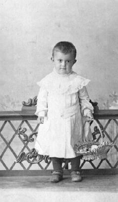 Маша Мельникова с корзинкой в руке. Новониколаевск