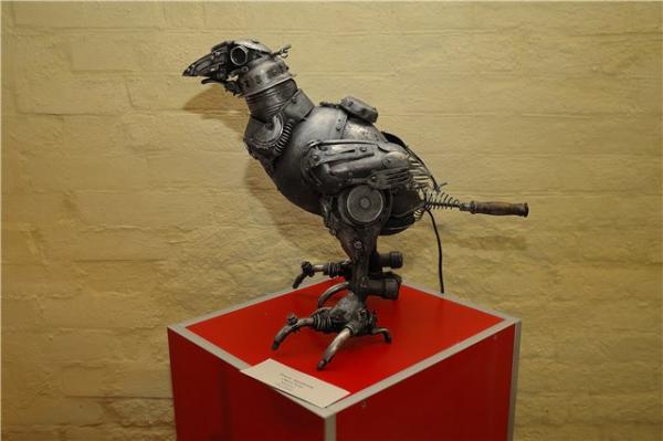 Механическая скульптура в женском исполнении