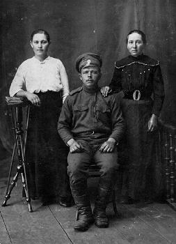 Рыбаков Ефим Михайлович с женой и сестрой. Новониколаевск