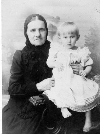 Попова Нина Михайловна с бабушкой.