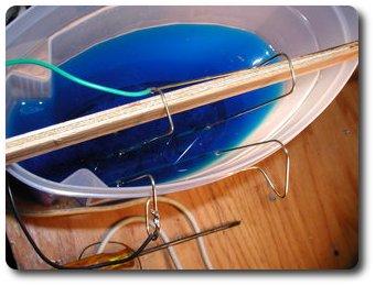 Перемещаем пластины поближе друг у другу, чтоб увеличить силу тока