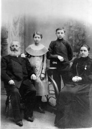 Новониколаевский купец Федор Данилович Маштаков с женой Марфой и детьми Софьей и Иннокентием.