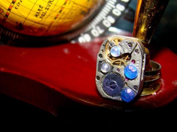 Кольцо из погибших о кафель часов