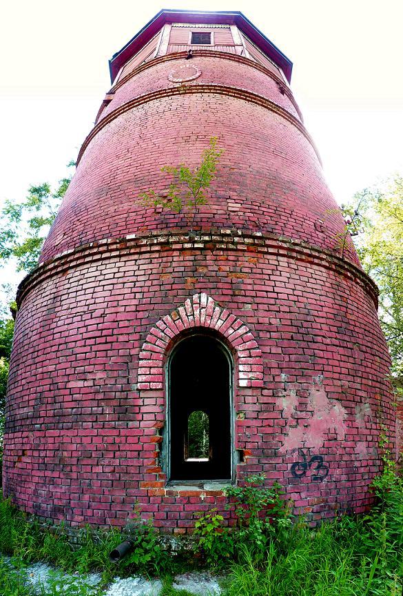 Водонапорная башня вблизи.