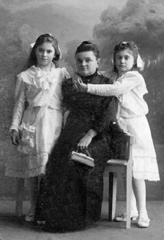 Мельникова Елизавета Павловна, жена профессора с дочерьми Марией и Евгенией. Новониколаевск.