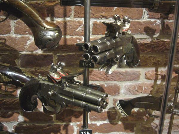 Четырехствольный пистолет с поворачивающимися стволами