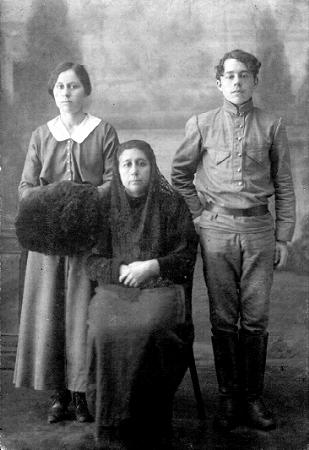 Сарра Готберг с детьми. г. Каинск