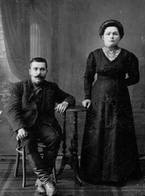 Мастер-колбасник Смирнов с женой. г. Новониколаевск.