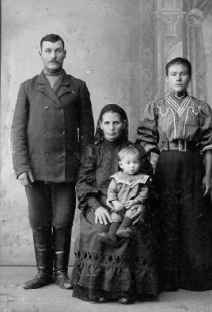 Семья Рябкова, рабочего мельницы в Новониколаевске.