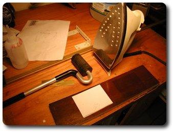 Гладим утюгом и прижимаем бумагу к латуни