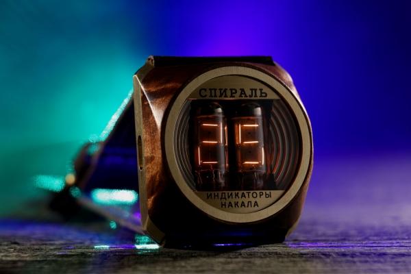 Наручные часы «Спираль» с деревянной вставкой