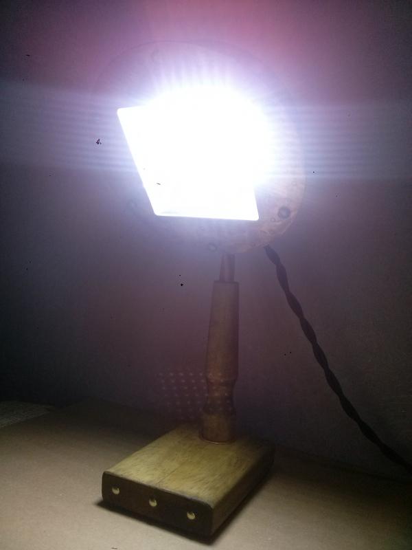 Настольный прожектор для работы.