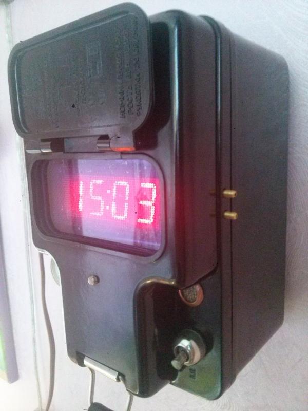 Часы-термометр в корпусе мегомметра.