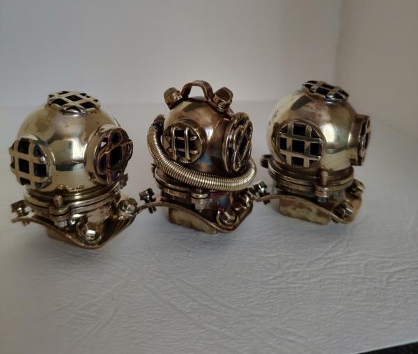 Несколько водолазных шлемов