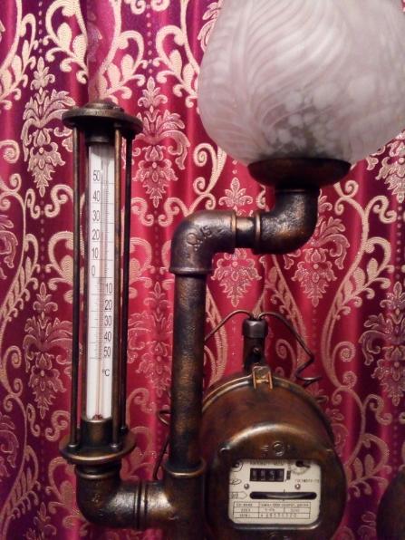 Настольный светильник с термометром.
