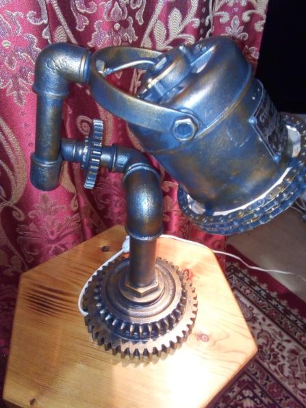 Настольный светильник в стиле дизельпанк.