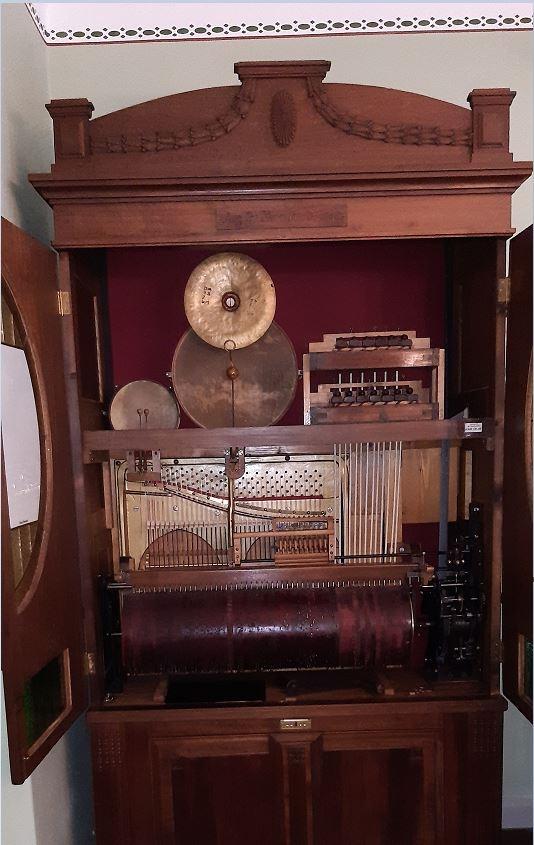 маленький оркестрик -  пианино, ударные и ксилофон