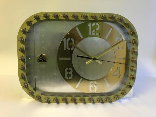 Настольные часы из фюзеляжа самолёта.