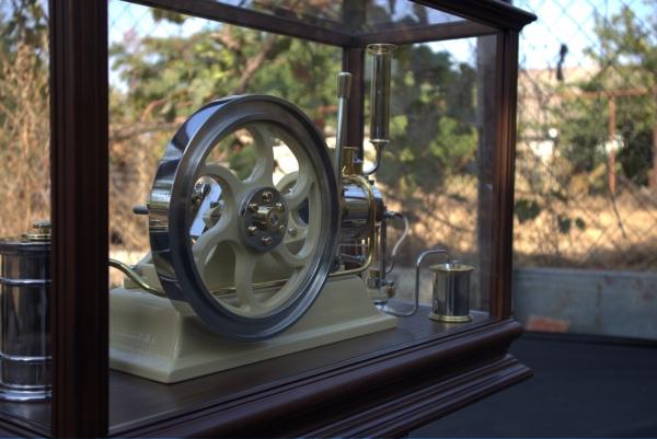 Двигатель под стеклом.